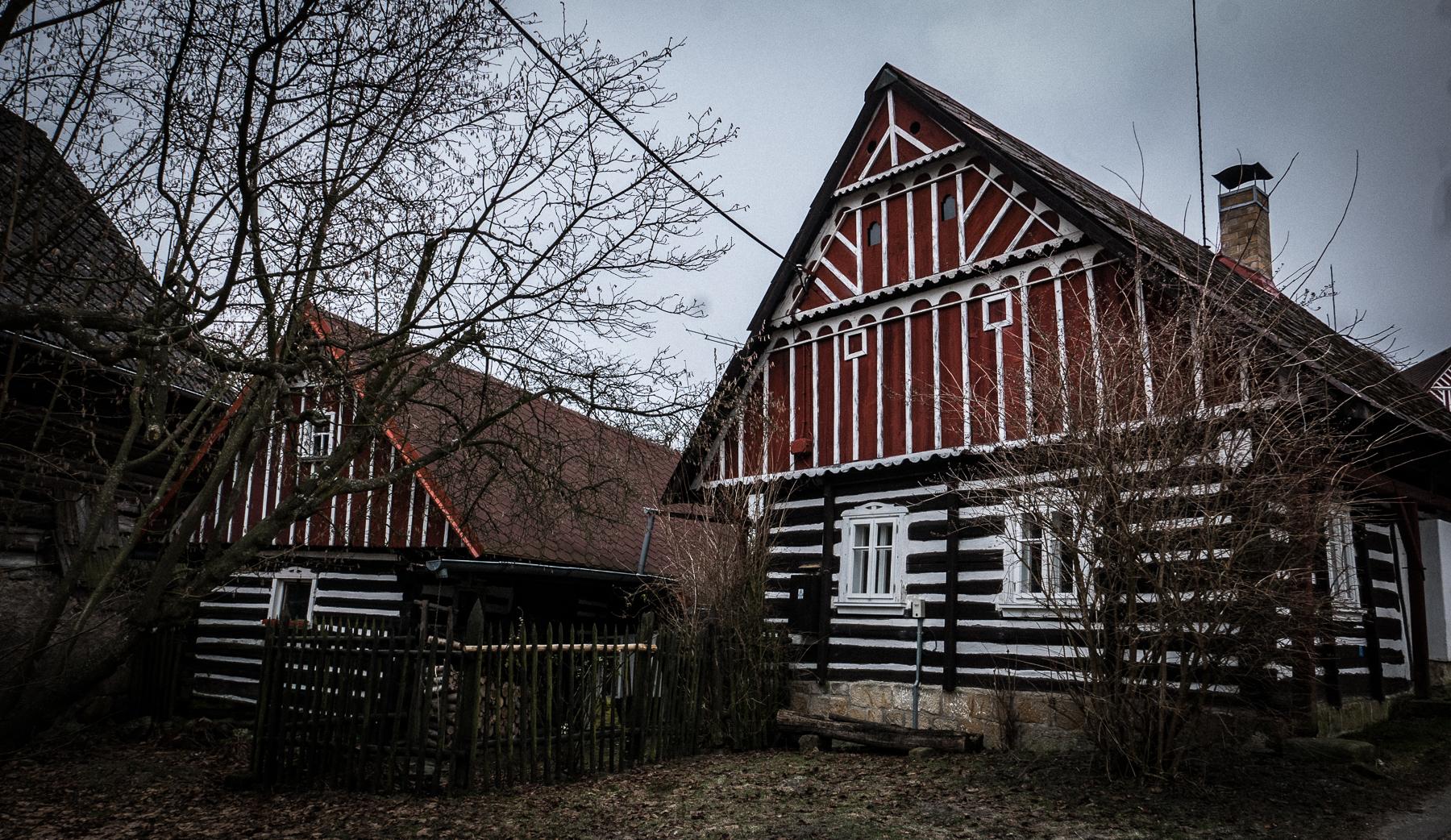 Winter photo workshop in Bohemia. Mala skala wooden dwelling